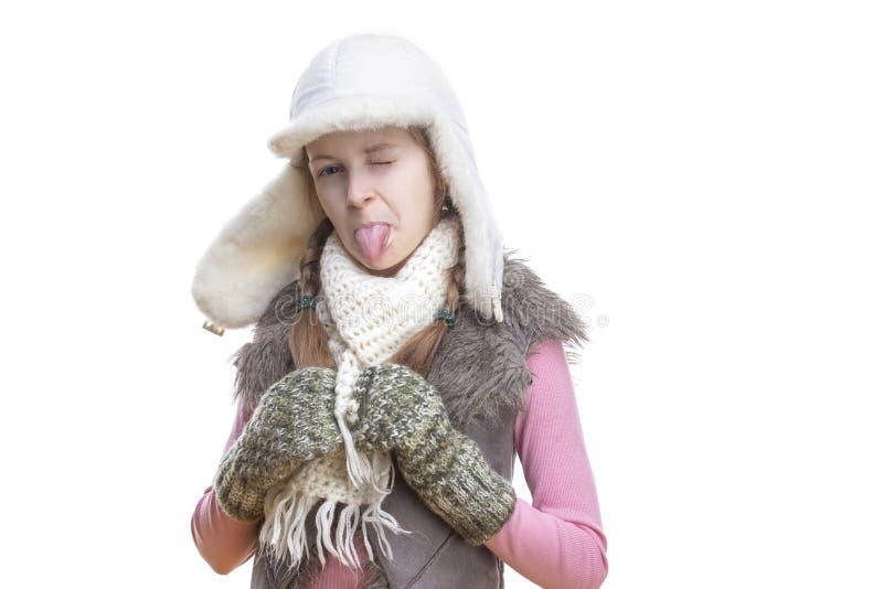 冬天哄骗时尚、衣物和假日想法 桃红色背心和白色冬天帽子的,围巾正面微笑的白种人女孩 图库摄影