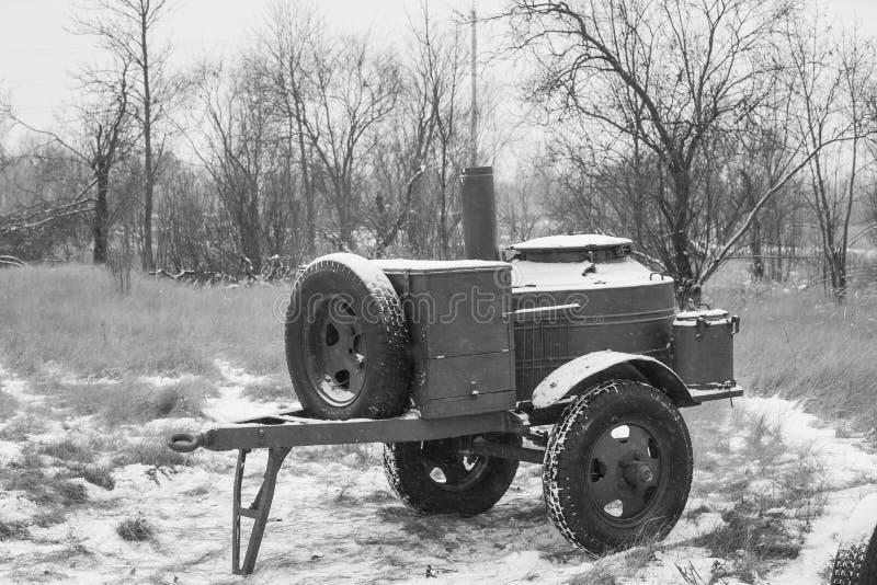 冬天红军的森林WWII设备的俄国苏维埃二战野外用的全套炊具 流动厨房,流动军用餐具 库存图片