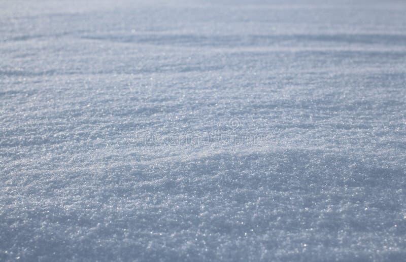 冬天闪耀的雪花白雪雪盖与发光的冻冰的表面上 库存图片