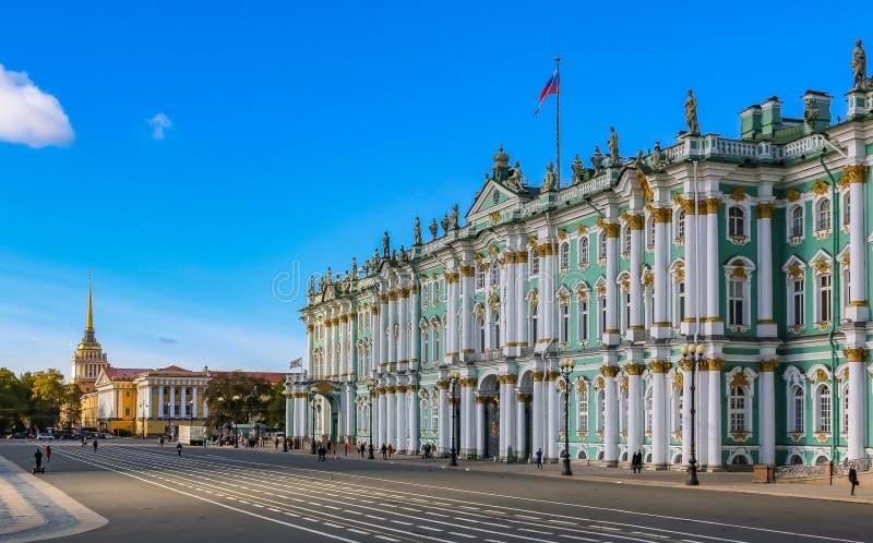 冬宫的门面的侧视图-偏僻寺院和宫殿正方形在圣彼德堡,俄罗斯 免版税图库摄影