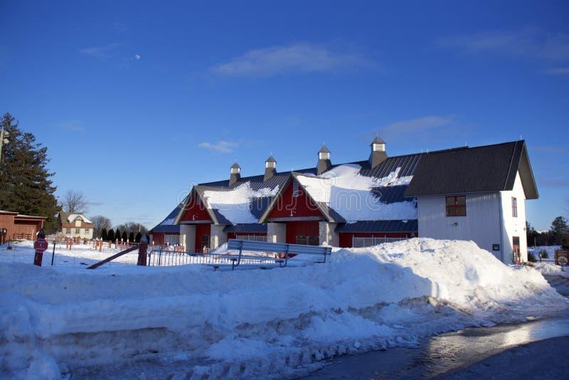 冬时的,许多巨大的谷仓雪 库存照片