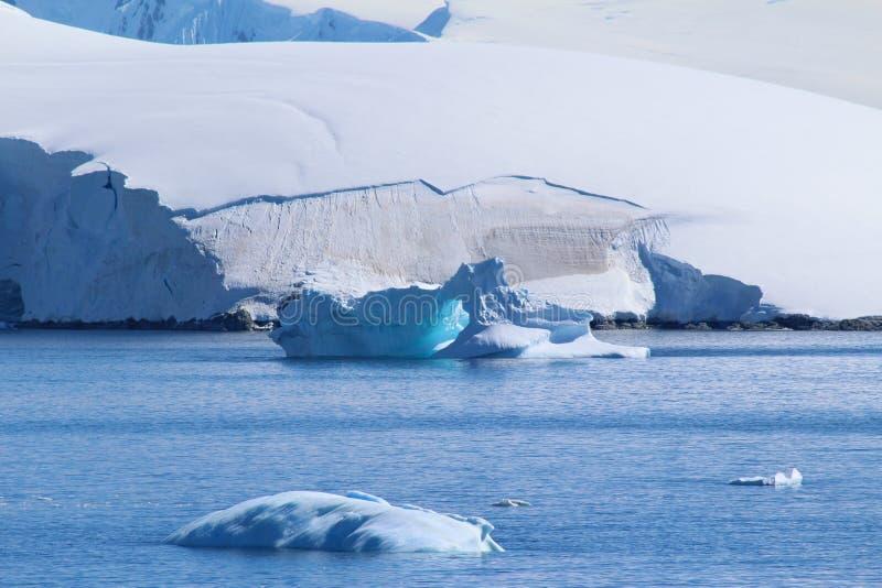 冰山和冰袋在南极洲 库存照片