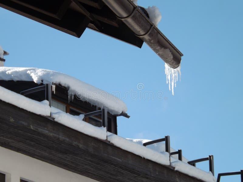 冰和雪屋顶细节 库存照片
