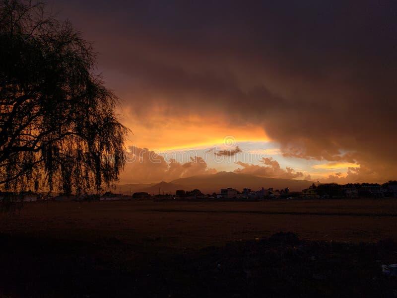 农村风景在托卢卡,有颜色的墨西哥在天空和云彩在黄昏 免版税图库摄影