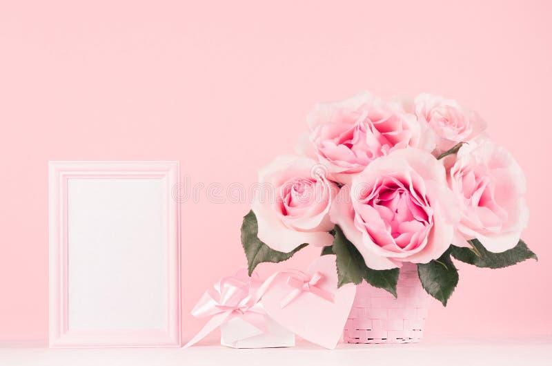 内部少女柔和的情人节-文本、精妙的桃红色玫瑰、礼物盒、心脏与丝带和弓的空白的框架在木头 图库摄影