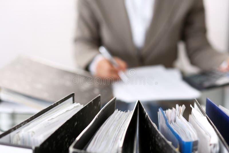 写报告,计算或者检查平衡,特写镜头的未知的簿记员妇女或财政审查员 事务 库存照片
