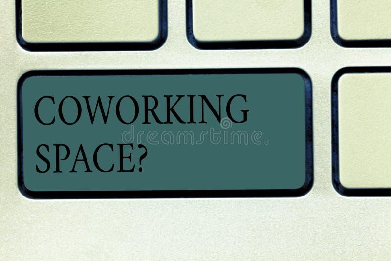 写文本Coworking Spacequestion的词 提供共有的办公室的经营业务的企业概念工作 免版税图库摄影