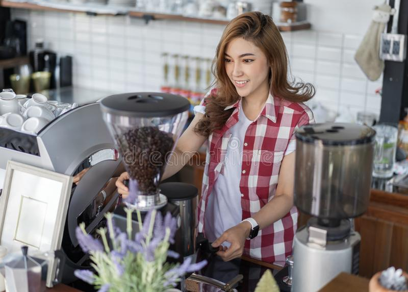 准备与机器的妇女咖啡在咖啡馆 库存图片