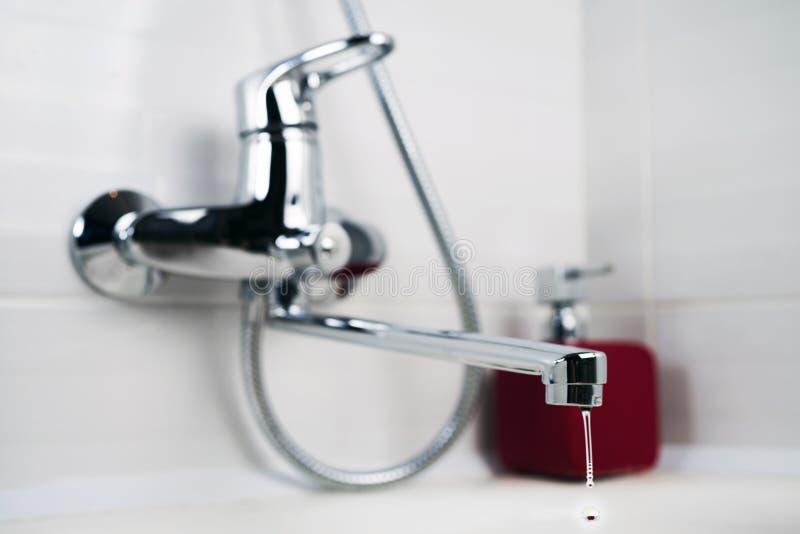 净水从龙头滴下在卫生间 免版税库存图片