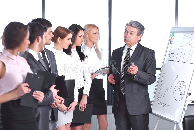 商人举行与企业队的一份简报 免版税库存照片