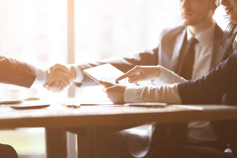 商人使用一种数字式片剂在业务会议上 库存照片