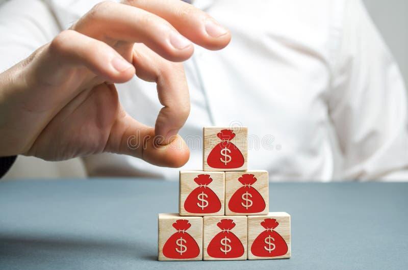 商人去除立方体与美元的图片 显示向量的破产企业计算机概念显示财务图形例证报表 经济衰退 危机绘制下降的财务费率 资本流出 免版税库存图片