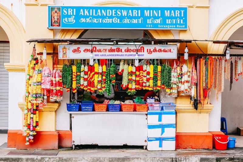 商店在一点印度, 在街市上的印地安五颜六色的花诗歌选在新加坡 库存图片