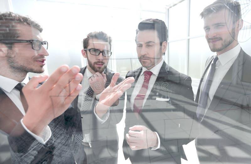 商务伙伴谈论一个新的商业项目 免版税库存图片