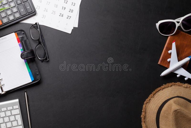 商务旅行概念 在书桌桌上的辅助部件 免版税库存照片