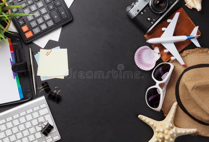 商务旅行概念 在书桌桌上的辅助部件 库存图片