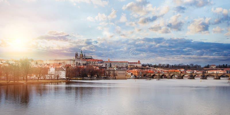全景布拉格 查理大桥和伏尔塔瓦河看法在布拉格捷克 布拉格地标 免版税库存图片