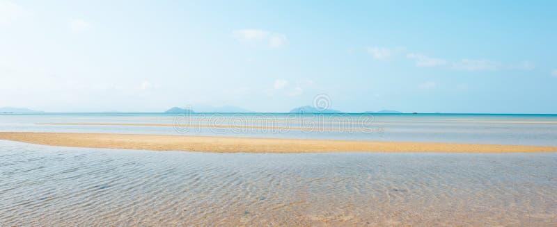 全景,风景热带海在夏天 在金黄沙滩、白色云彩和浅兰的天空的美好的波痕, 免版税库存图片