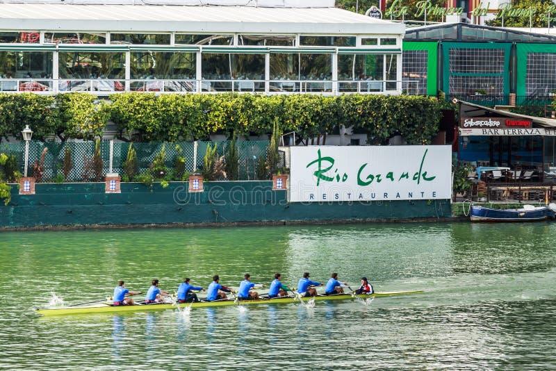 八有一艘舵手划艇的人在阿方索十二世运河 免版税库存照片