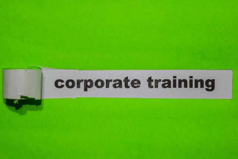公司训练,启发和企业概念在绿色被撕毁的纸 免版税库存图片