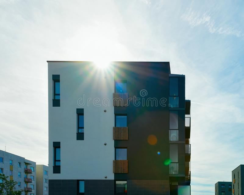公寓家和房子住宅复杂不动产太阳光 图库摄影