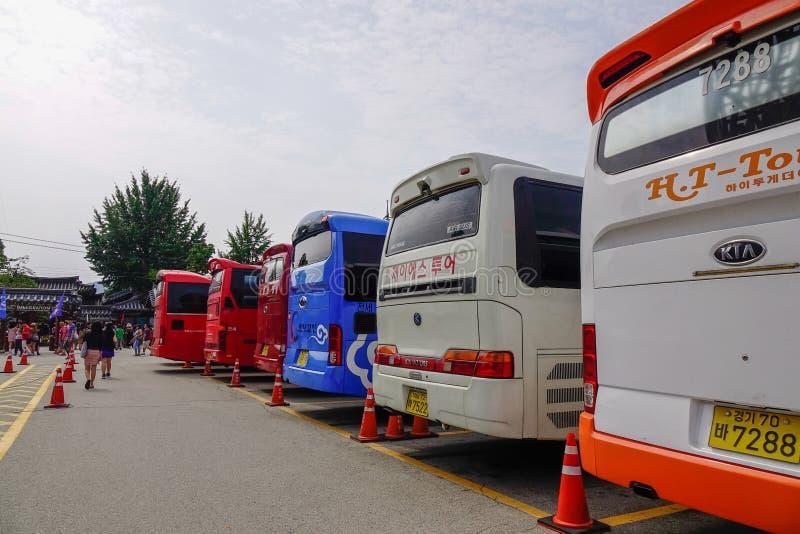 公共汽车带来游人到奈子海岛 免版税库存图片