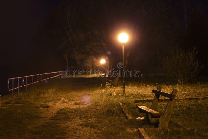 公园长椅在晚上 免版税库存图片