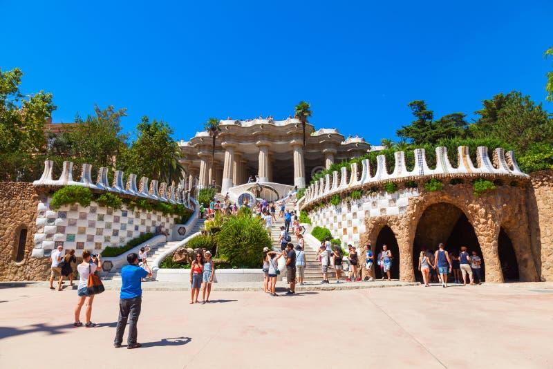 公园Guell入口的游人  库存照片
