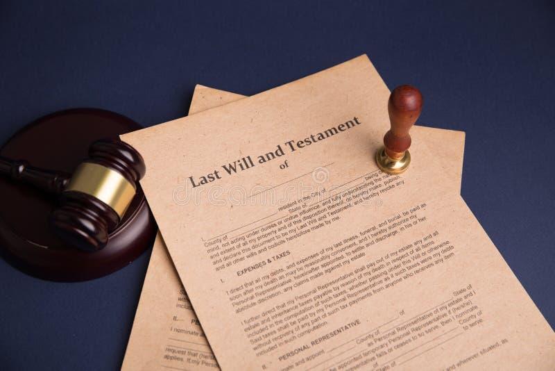 公证员` s公开笔和邮票在遗嘱和为时将 公证人 库存照片