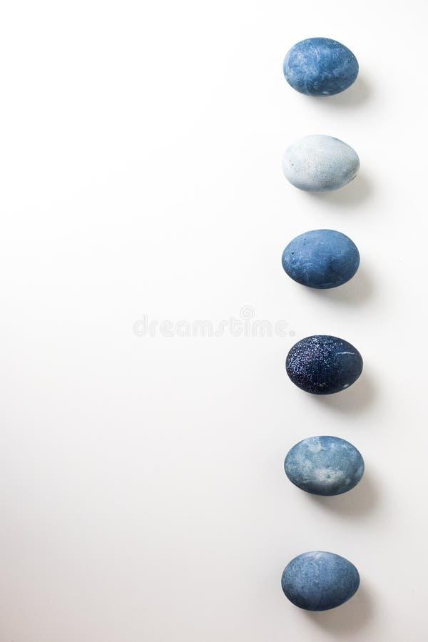 六色的蓝色,灰色使有大理石花纹的鸡蛋,相似与石头,谎言连续在白色背景 免版税库存照片