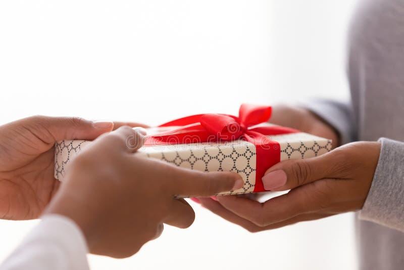 关闭两只女性手藏品一礼物盒 库存图片