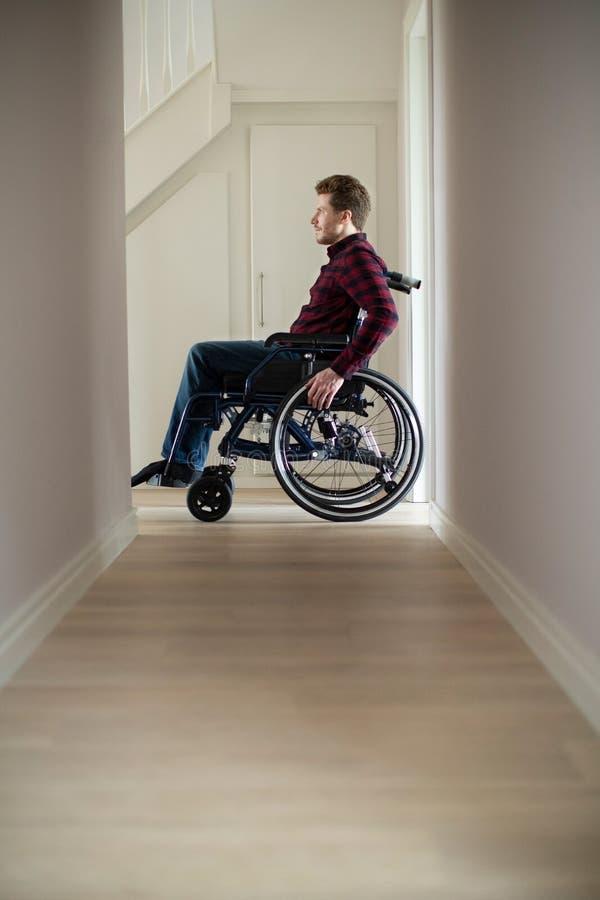 关闭在家坐在轮椅的人 免版税图库摄影