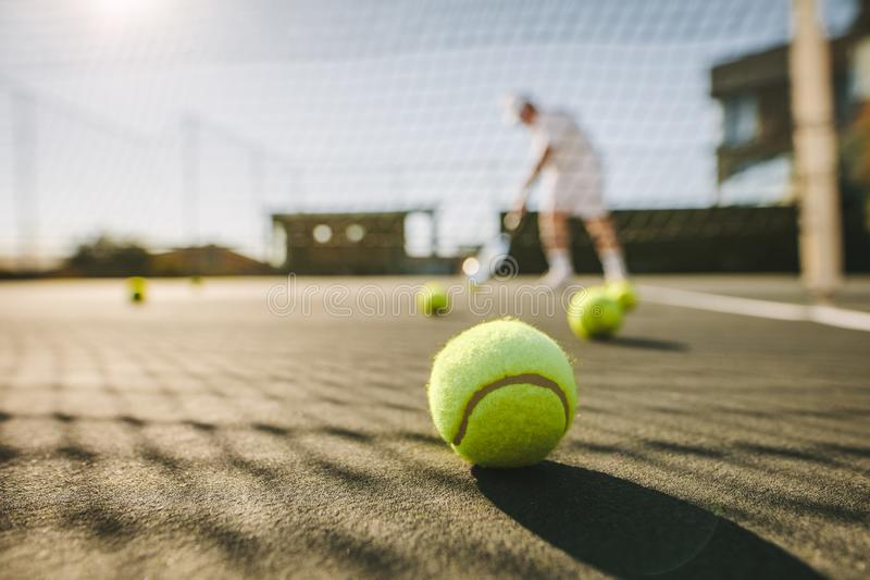 关闭在地面的网球 免版税库存照片