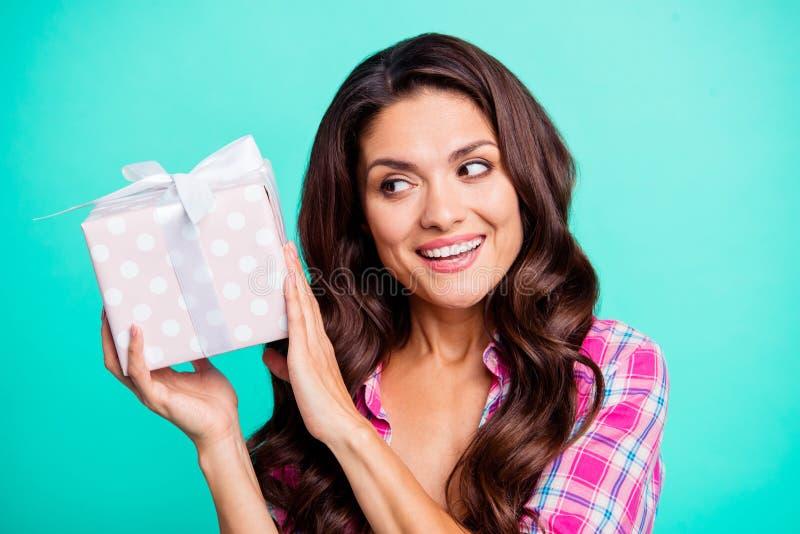 关闭美丽的照片她她的夫人握手胳膊拿着大礼物盒想知道什么在棘手的愿望里面解开佩带 免版税库存照片