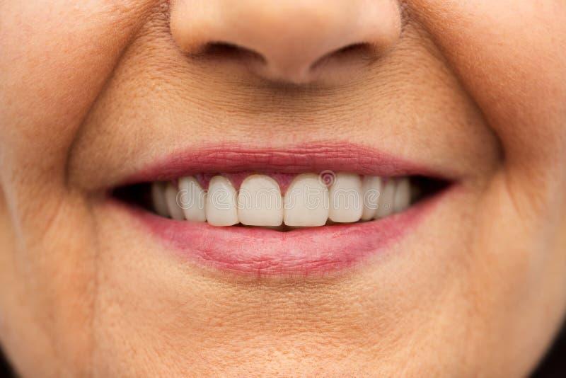 关闭资深妇女微笑的嘴和牙 免版税库存图片