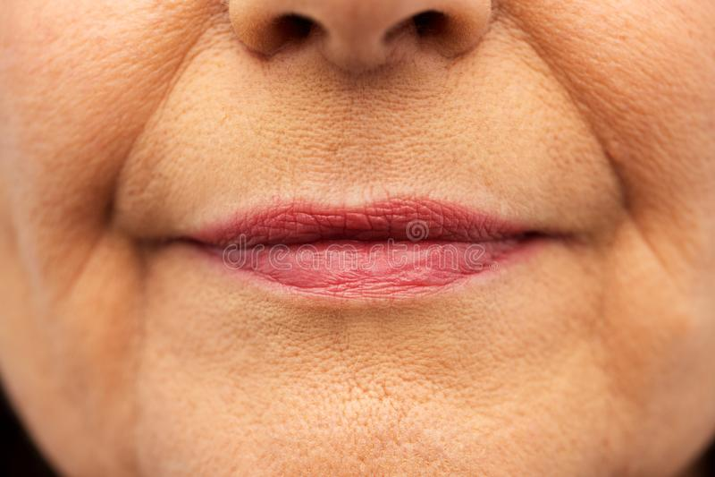 关闭资深妇女嘴唇 库存照片