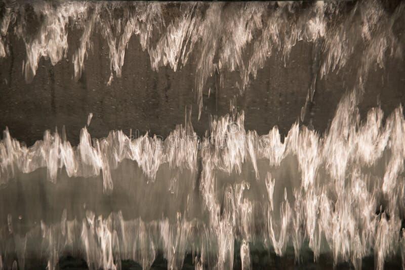关闭透明下跌的水垂直的流程 库存照片