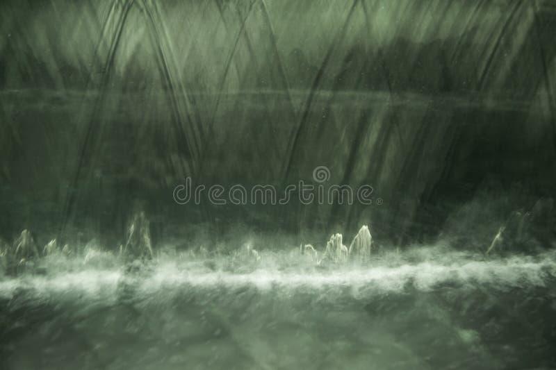 关闭透明下跌的水垂直的流程 图库摄影