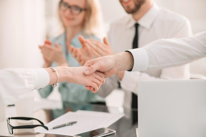 关闭 企业队赞许商务伙伴在工作会上 库存照片