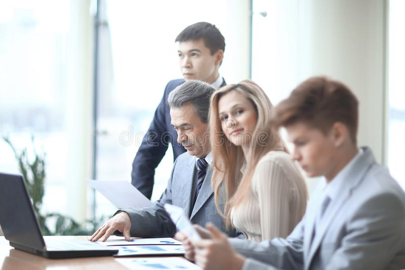关闭 年轻女商人和企业队在工作场所在办公室 免版税库存照片