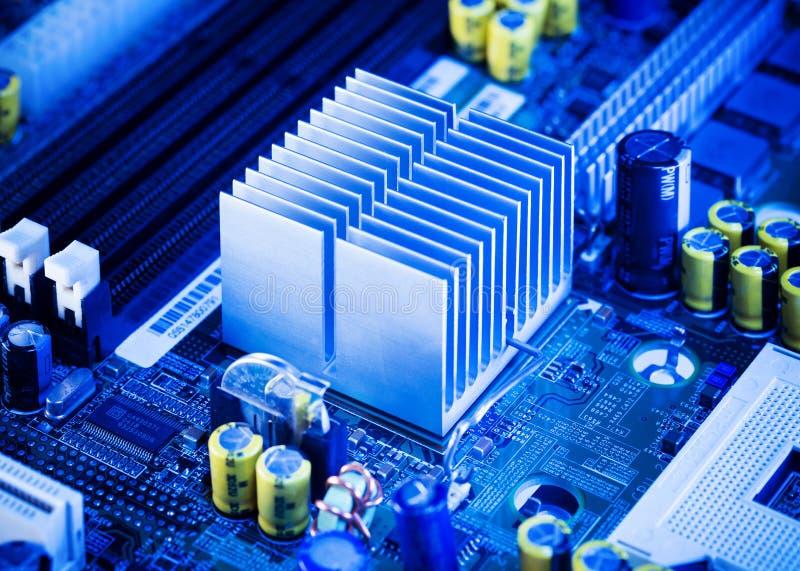 关闭-在计算机主板的铝吸热器 免版税库存图片