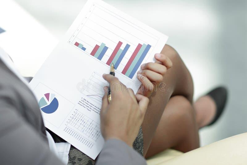 关闭 商人检查财务数据 免版税图库摄影