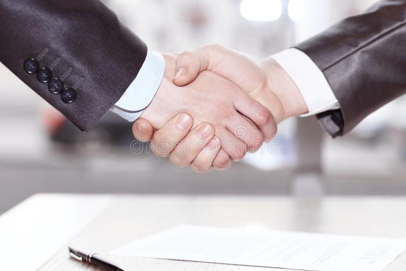 关闭 握手在签合同以后的商务伙伴 库存图片