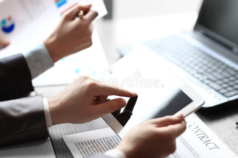 关闭 检查关于数字式片剂的商人财务数据 库存图片