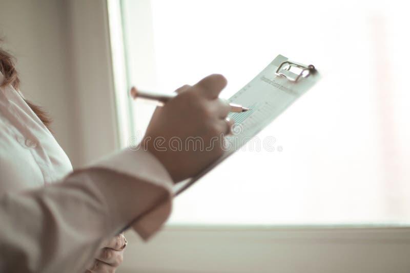 关闭 检查财务数据的女商人 库存照片