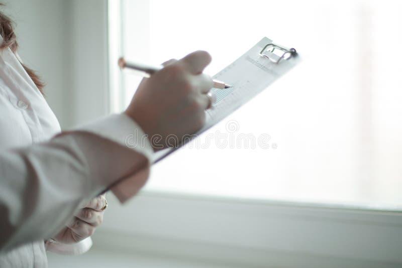 关闭 检查财务数据的女商人 图库摄影
