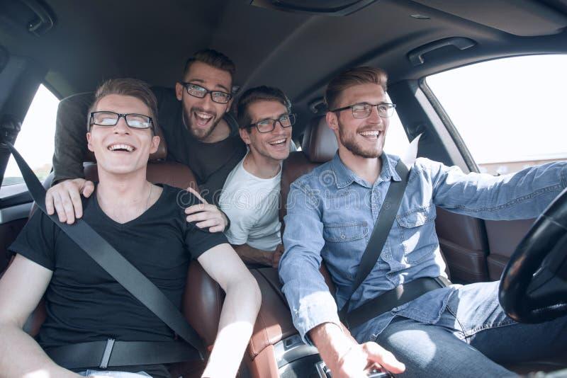 关闭 旅行在汽车的一个小组朋友 库存图片