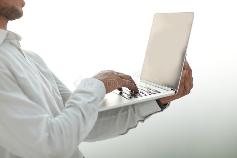 关闭 看膝上型计算机屏幕的商人 库存图片