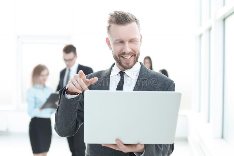 关闭 看膝上型计算机屏幕的现代商人 免版税库存照片