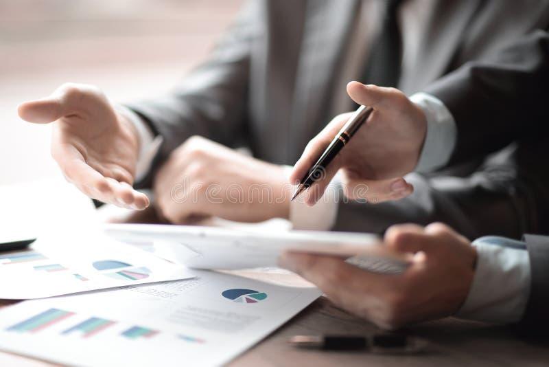 关闭 要分析财务数据的商务伙伴 图库摄影